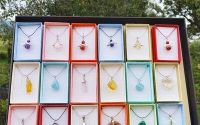 Nové náhrdelníky v krabičkách krásnych pastelových farieb